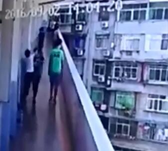 两名女学生为争男友互相厮打不幸坠楼身亡