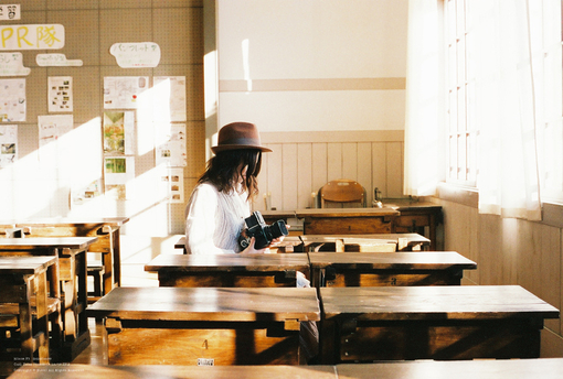 课桌上的青春作文_充满青春回忆的教室课桌的图片_关注网图库