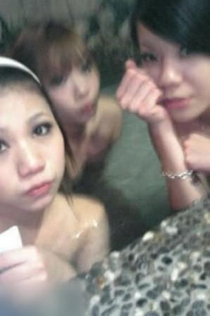 女子浴池脱光衣服遭直播 旁边女孩和男友视频聊天